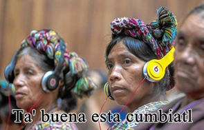 mujeres indigenas con audifonos y texto despreciativo Ah que buena cumbiatl