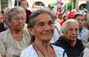 Tres mujeres adultas mayores sentadas juntas.