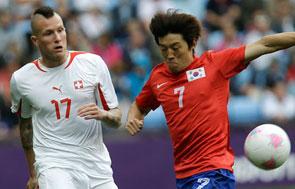 Michel Morganella, jugador de la selección de futbol olímpica de Suiza, disputa el balón con un jugador de la selección de Corea del Sur.