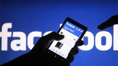 Imagen que muestra una mano sujetando un celular con la aplicación de facebook
