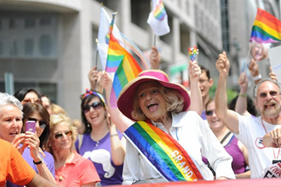 Se muestra a la activista en un desfile de la diversidad sexual.