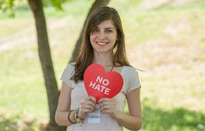 Joven mujer que participa en la campaña. Imagen del sitio oficial en inglés.