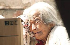 Mujer adulta mayor llorando.