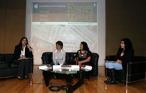 Mujeres periodistas que presentan el libro.