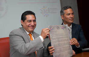 Luis Gonzalez Placencia (CDHDF) y Ricardo Bucio (Conapred) muestran a los medios la carta compromiso recién firmada.