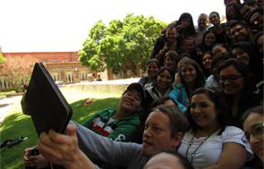 Jóvenes participantes en el campamento se toman un selfie grupal para sus redes.