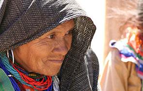 Mujer adulta mayor e ind�gena, con rebozo en la cabeza - Foto: Antonio Saavedra.
