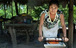 Mujer indígena prepara la comida.