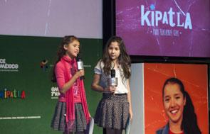 Dos de las ni�as actrices de la serie participan en la presentaci�n - Foto: Antonio Saavedra.