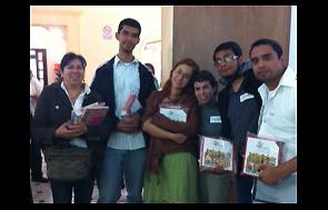 Escritoras y escritores participantes en el curso muestran en sus manos los ejemplares de la colecci�n de cuentos infantiles Kipatla.