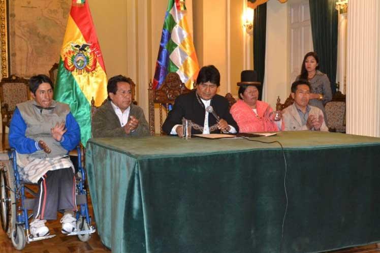 Imagen que muestra al presidente de Bolivia, Evo Morales en conferencia de prensa con personas con discapacidad