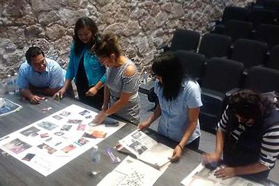 Imagen que muestra a un grupo de mujeres y un hombre trabajando colectivamente