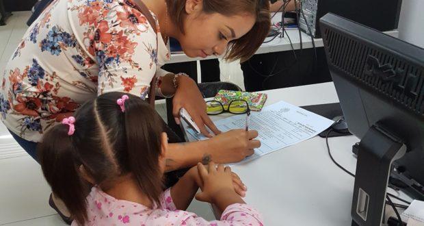 Imagen que muestra a la niña Sofia siendo asesorada por una mujer joven