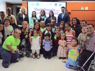 Foto de la diputada, Mirna Isabel Saldívar con personas de talla baja