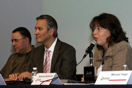 De derecha a izquierda: Jacobo Dayan, del Museo Memoria y Tolerancia; Ricardo Bucio, presidente del Conapred; la comunic�loga Gabriela Warketin, que hace uso de la palabra - Foto: Antonio Saavedra.
