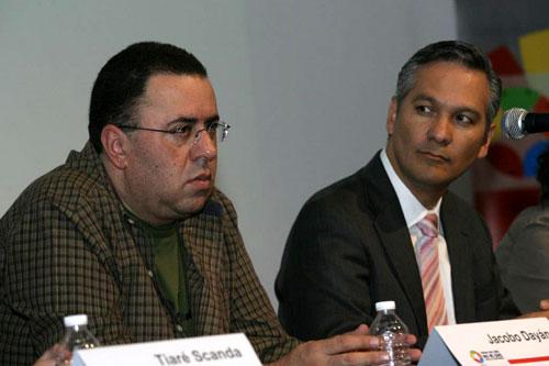 Jacobo Dayan (izquierda) habla a los asistentes; lo escucha Ricardo Bucio (derecha) - Foto: Antonio Saavedra.