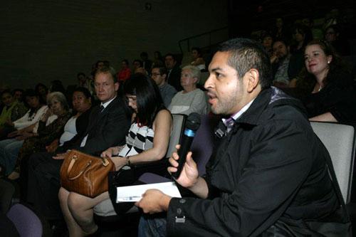 Persona del público que hace una pregunta - Foto: Antonio Saavedra.
