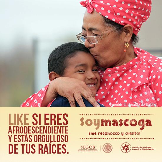 Abuela y nieto mascogos, de Coahuila, que se abrazan sonrientes.