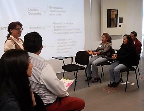Participantes durante las actividades del taller Reflexiones y realidades de la educación inclusiva