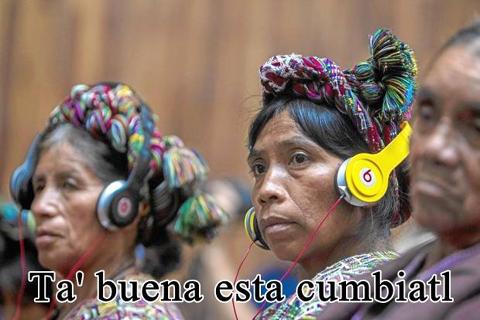 """Tres mujeres indígenas, con audífonos de traducción puestos, acompañadas de la frase """"Ta buena la cumbiatl""""."""