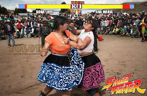 Dos mujeres indígenas pelean mientras se les equipara al juego Street Fighter.