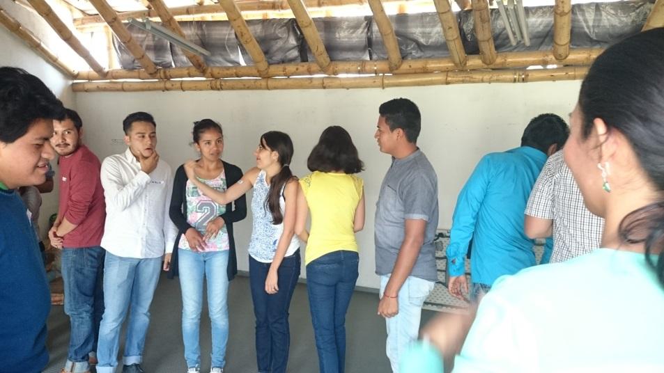 Jóvenes durante una actividad del curso taller