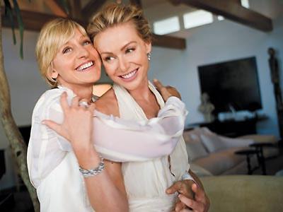 Ellen DeGeneres (izquierda) y Portia de Rossi (derecha) en la ceremonia de su matrimonio en 2008.