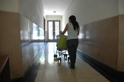Trabajadora del hogar se dirige a comprar comida al mercado.