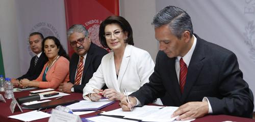 Lorena Martínez Rodríguez y Ricardo Bucio firman el convenio.