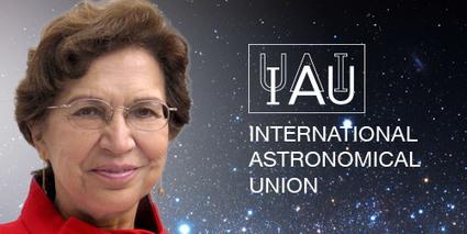 Silvia Torres-Peimbert y el logotipo de la Unión Astronómica Internacional.