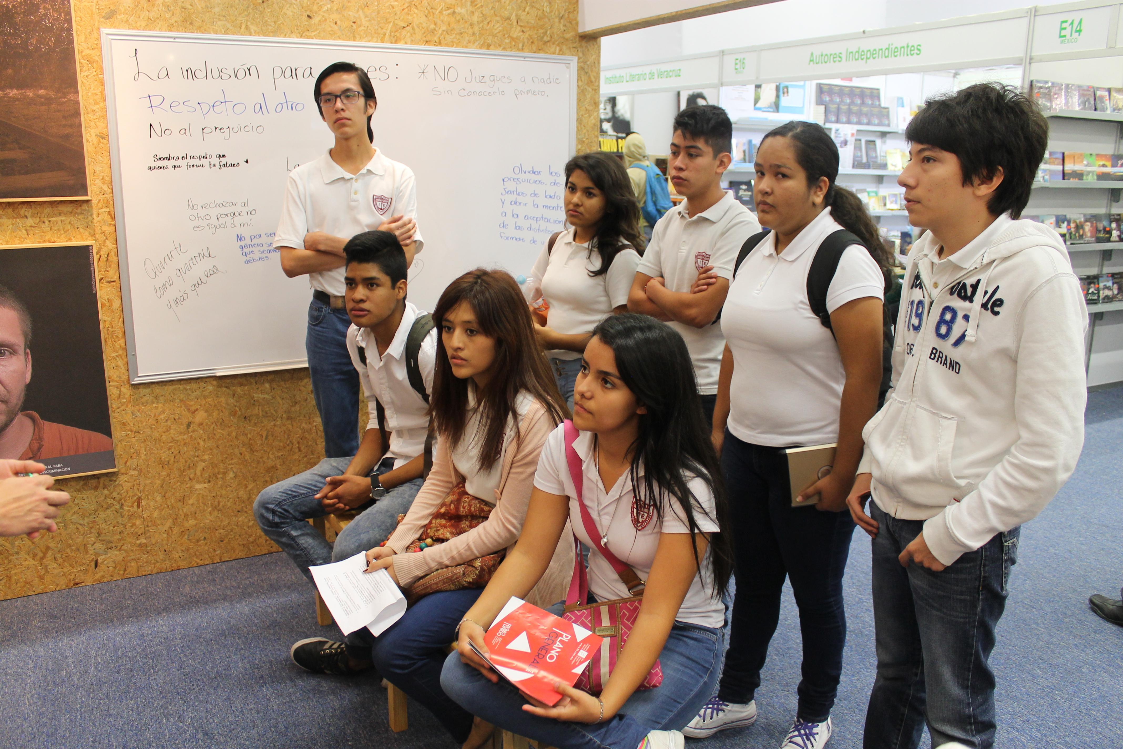 Jóvenes durante la actividad educativa en el stand de la FIL Guadalajara 2015