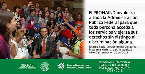 Ricardo Bucio rodeado de personas con discapacidad intelectual y sus familiares.