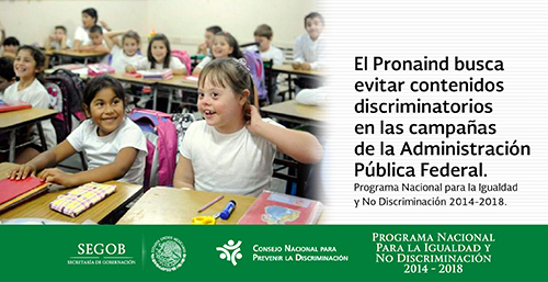 Niña con discapacidad intelectual toma clases en un salón integrado con niñas comunes.