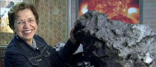 Silvia Torres-Peimbert junto a un meteorito en exhibición.