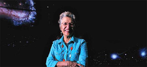 Silvia Torres-Peimbert en el interior de planetario.