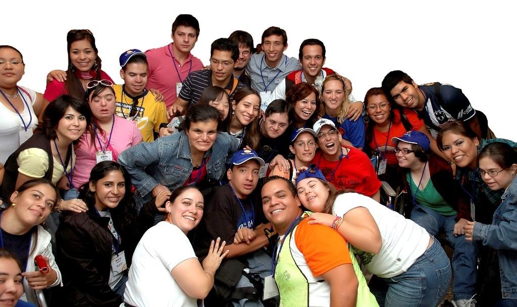 Imagen que muestra a un grupo de jóvenes sonrientes.